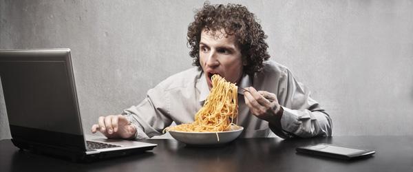 gesund-ernaehren-buero-arbeit-essen